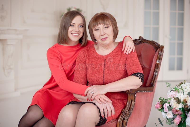 Het rijpe Moeder en Dochter Koesteren stock foto
