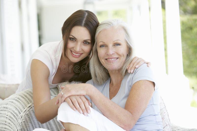 Het rijpe Moeder en Dochter Koesteren stock fotografie