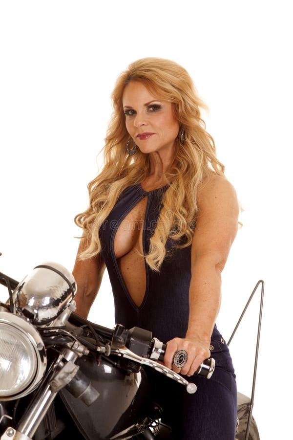 Het rijpe open overhemd van de vrouwen dichte motorfiets royalty-vrije stock foto's