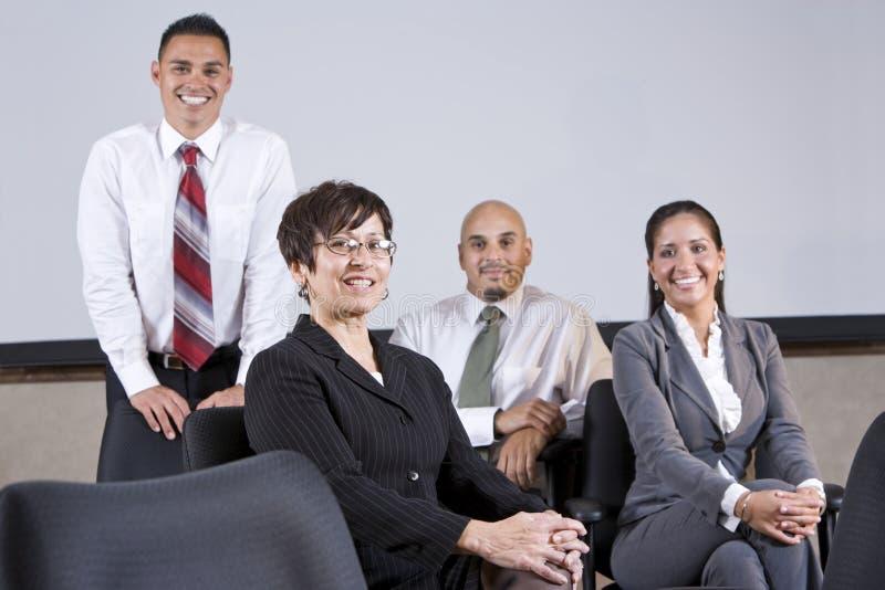 Het rijpe Spaanse team van het onderneemster belangrijke bureau stock afbeelding