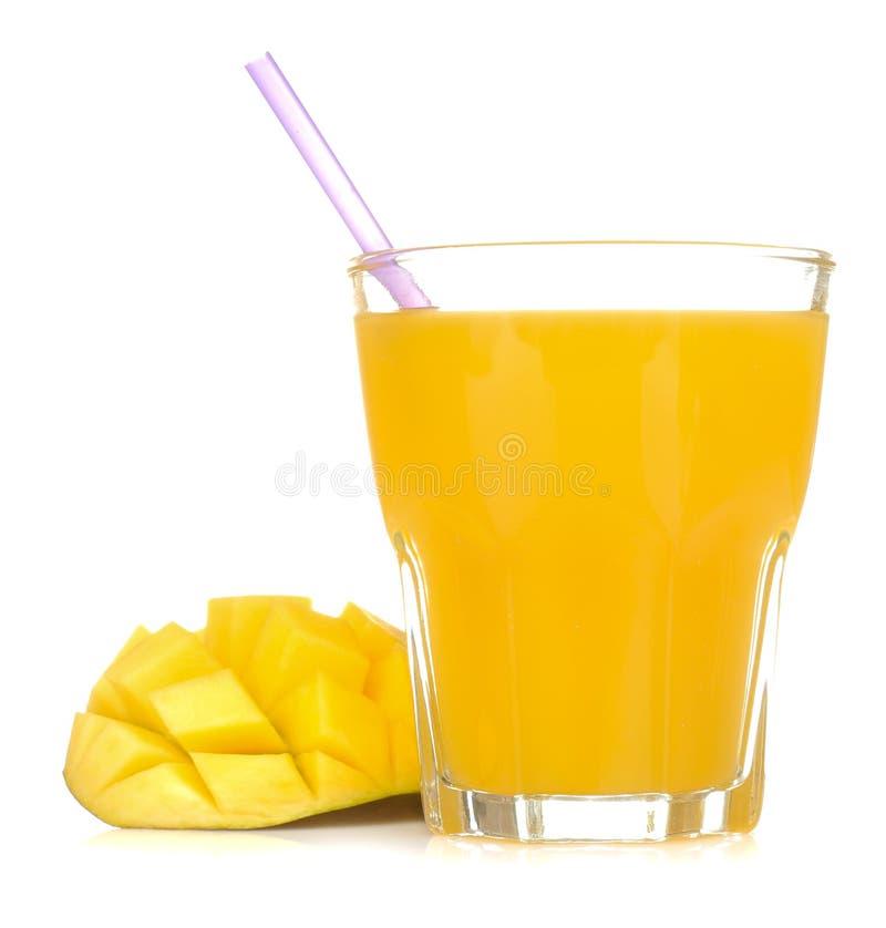 Het rijpe verse mangofruit en het mangosap in een glas op een wit isoleerden achtergrond Tropisch Fruit stock foto