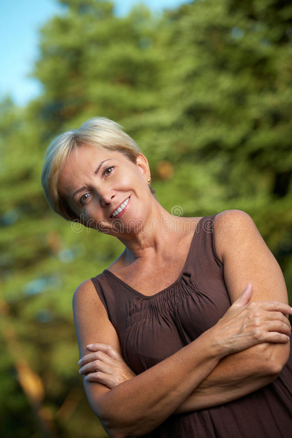 Het rijpe vrouw glimlachen royalty-vrije stock afbeelding