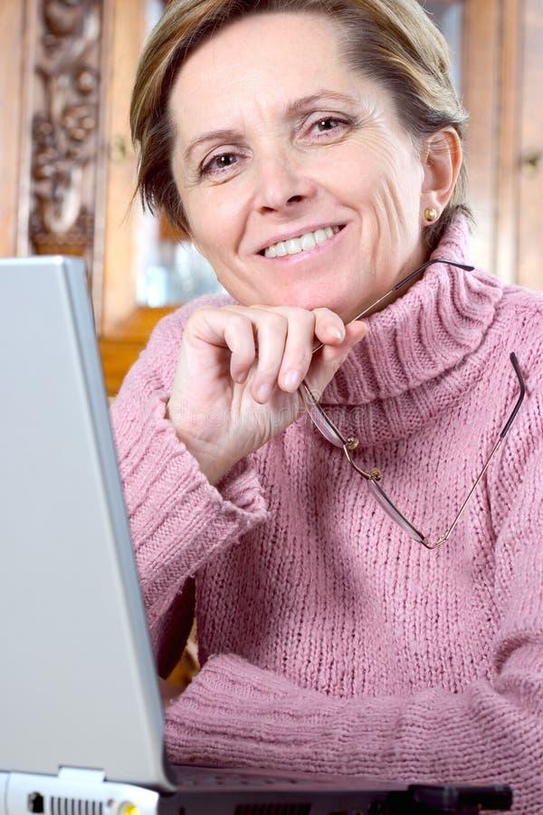 Het rijpe vrouw glimlachen royalty-vrije stock fotografie