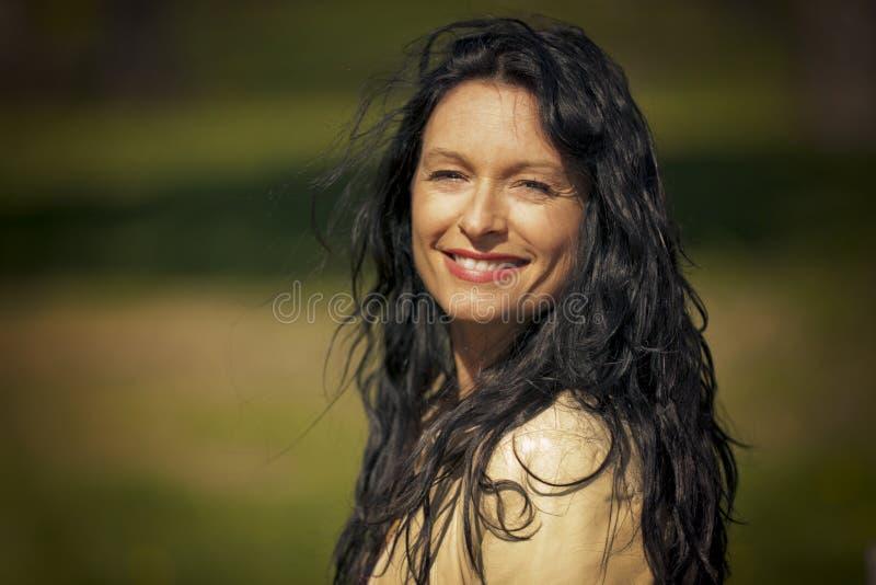 Het rijpe vrouw glimlachen stock afbeeldingen
