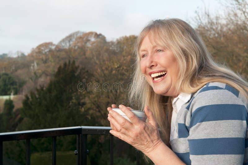 Het rijpe vrouw lachen stock afbeelding