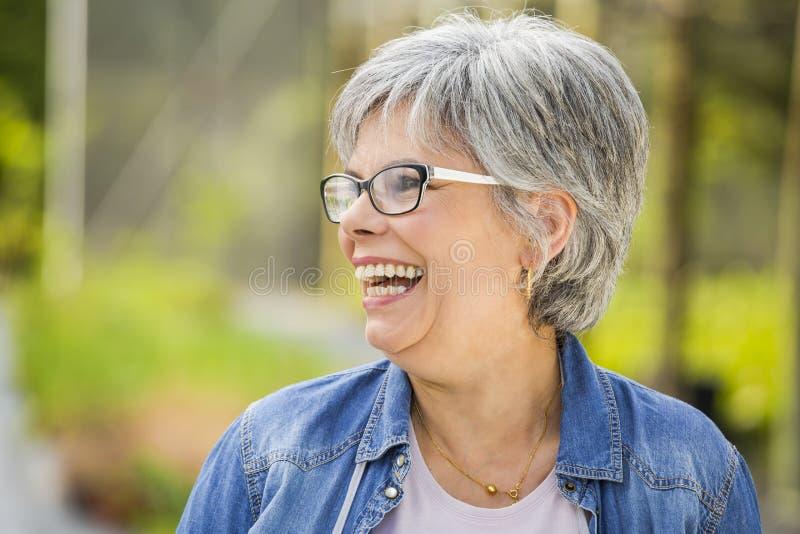 Het rijpe vrouw lachen royalty-vrije stock foto's