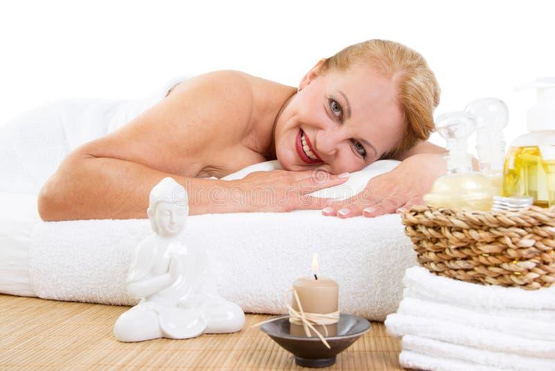 Het rijpe vrouw ontspannen in massage stock foto's