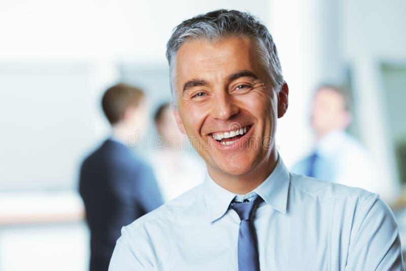 Het rijpe zakenman glimlachen royalty-vrije stock afbeeldingen