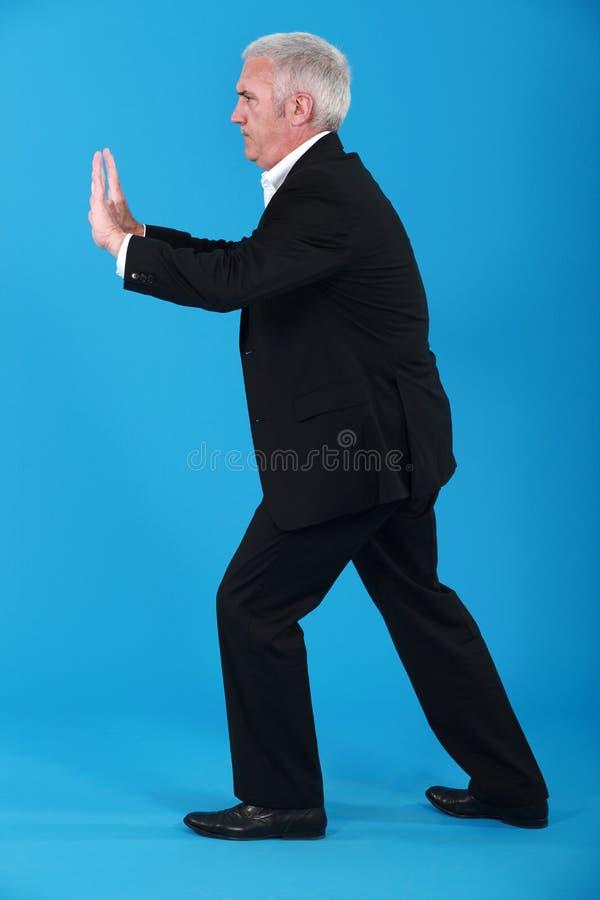 Het rijpe zakenman nabootsen. royalty-vrije stock foto