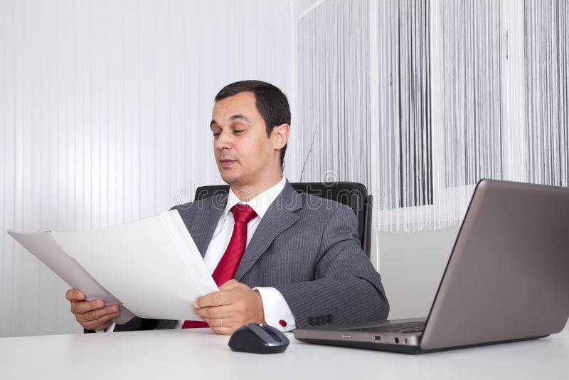 Het rijpe zakenman werken royalty-vrije stock afbeeldingen