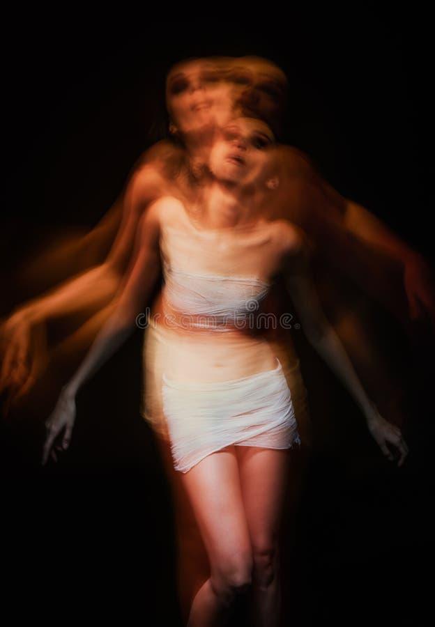 Het rillen onscherp portret van zieke gekke vrouw stock fotografie