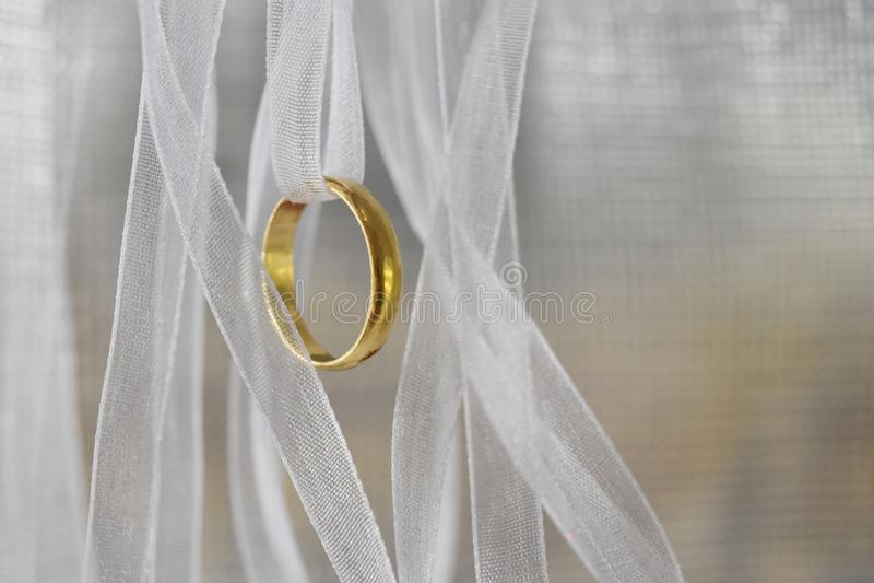 Het ringsgoud met wit lintnetwerk heeft een zachte rimpeling, een Liefde en een herinnering en een lege ruimte voor tekst royalty-vrije stock foto's