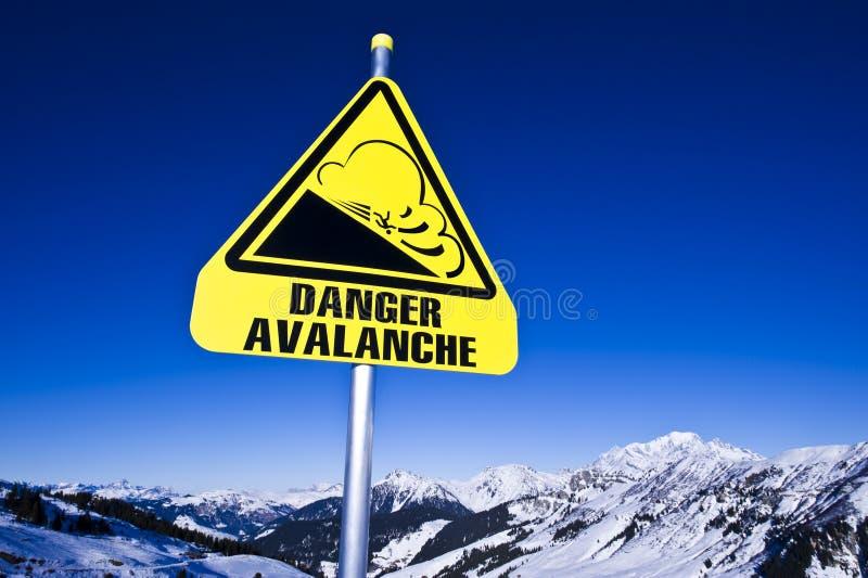 Het risico van de lawine in berg stock fotografie