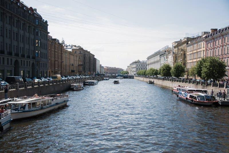 Het rivierkanaal in St. Petersburg stock afbeelding