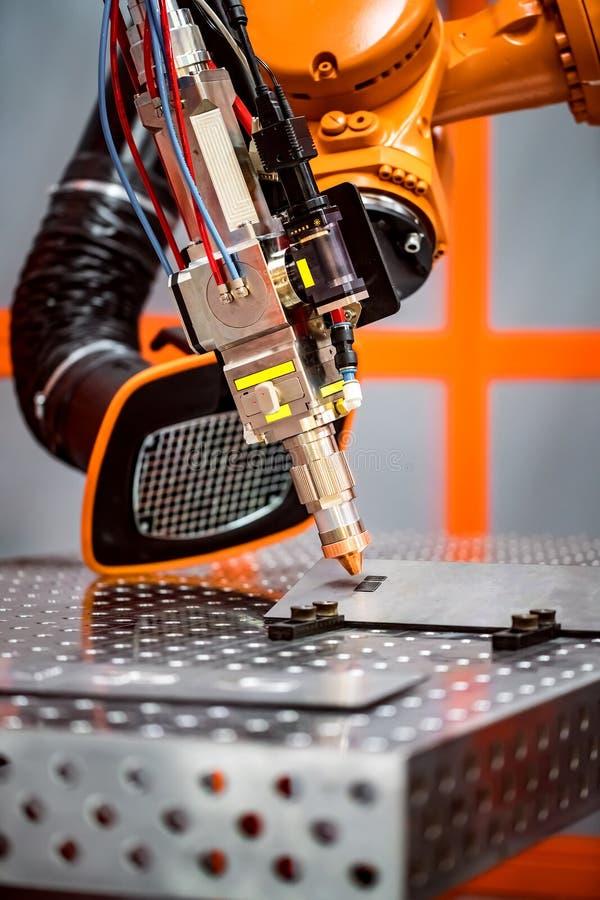 Het robotachtige verre scherpe systeem van de vezellaser stock afbeelding