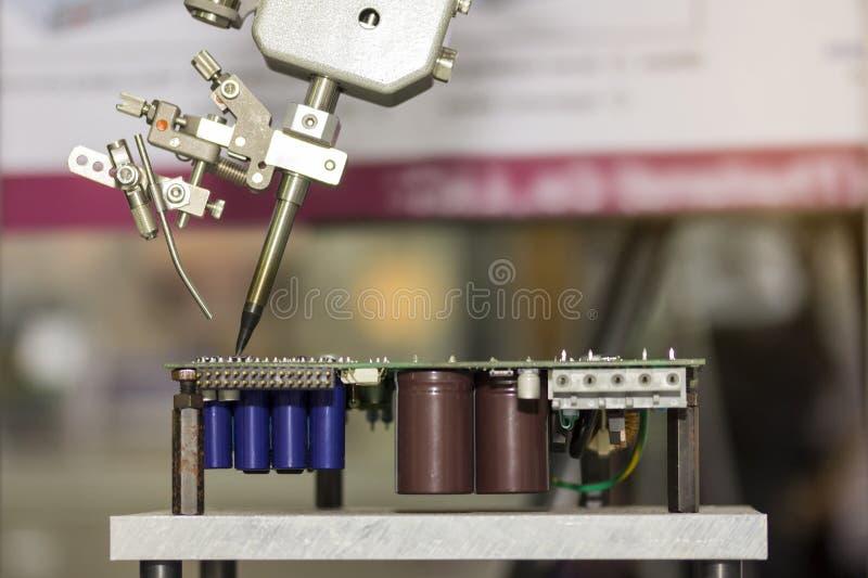 Het robotsysteem voor het geautomatiseerde productie solderen en assemblage drukte elektronische kringsraad stock foto's