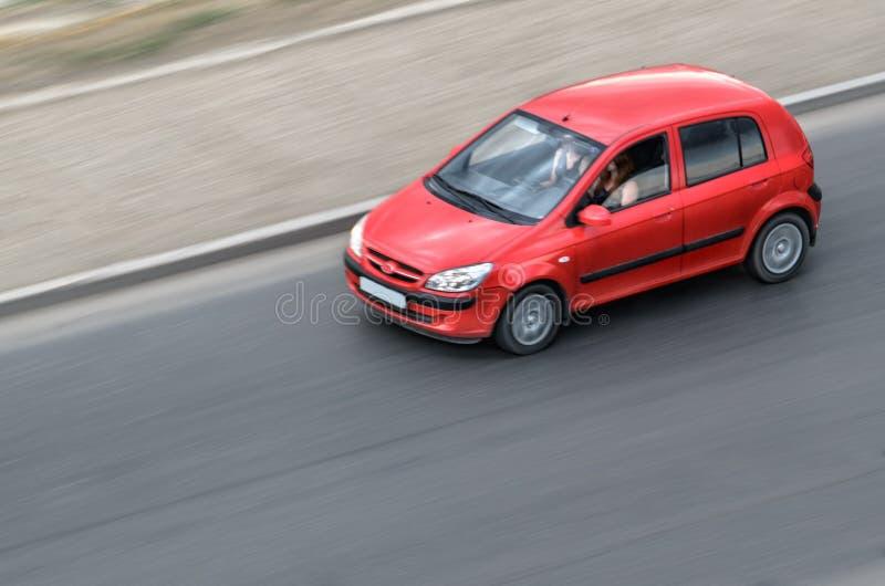 Het rode auto bewegen zich royalty-vrije stock afbeelding