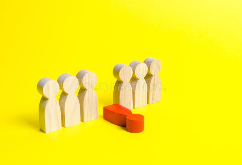 Het rode cijfer van een mens daalt uit de lijn van mensen op een gele achtergrond Morele en fysieke uitputting, zwakke verbinding royalty-vrije stock fotografie
