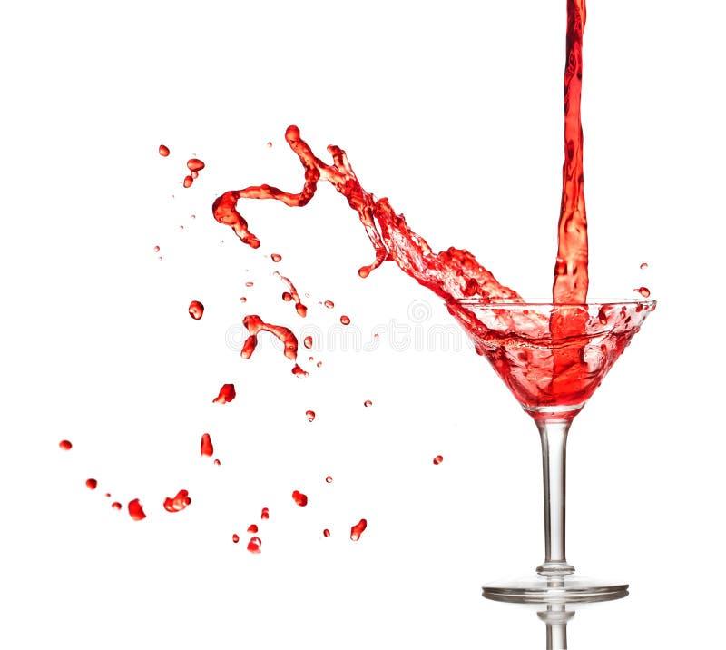 Het rode cocktail bespatten van glas royalty-vrije stock afbeelding