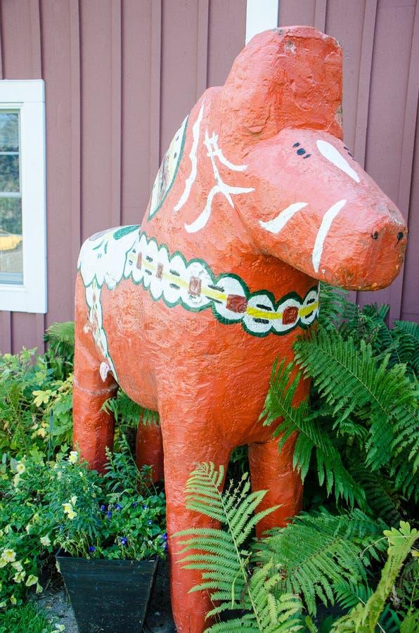 Het rode Dala-Paard houten standbeeld symboliseert de Zweedse en Noorse cultuur van de kleine stad van Minnesota stock afbeelding
