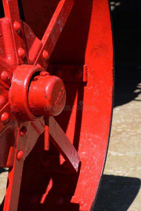 Het rode detail van het tractorwiel stock afbeelding