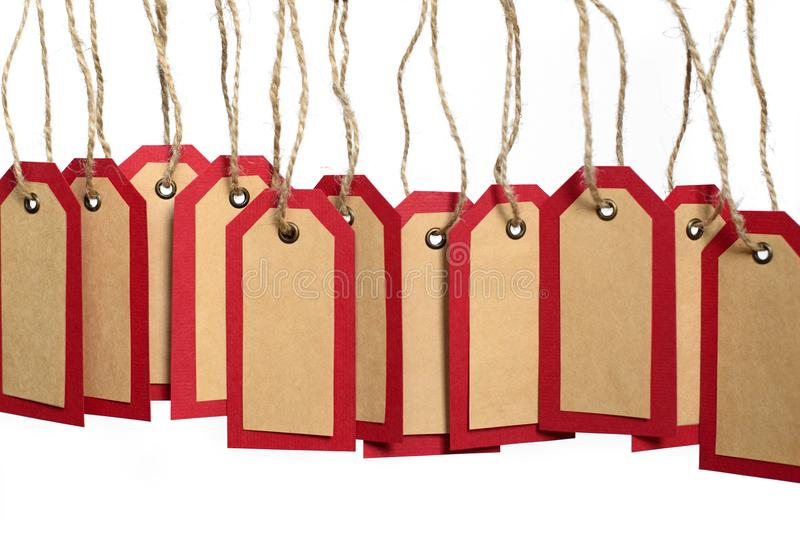 Het rode die en pakpapier etiketteert het hangen op de kabel met exemplaarruimte op witte achtergrond wordt geïsoleerd royalty-vrije stock afbeelding