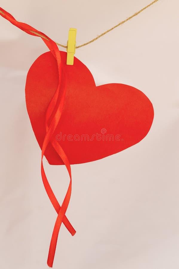 Het rode document hartvorm hangen op doeklijn royalty-vrije stock fotografie