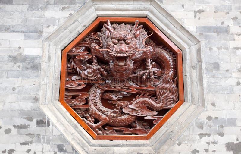 Het rode draak snijden op muur stock fotografie