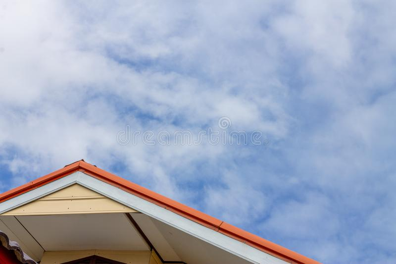 Het rode eiken en bruine Geveltopdak isoleert op blauwe hemel met wolken royalty-vrije stock fotografie