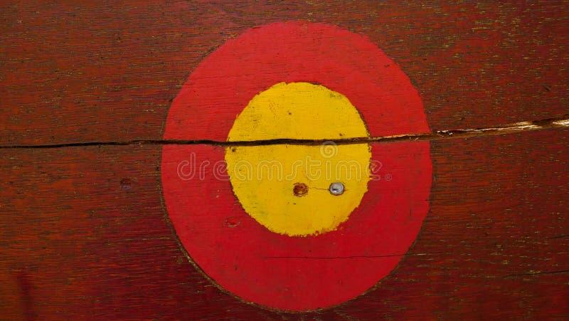 Het rode en gele teken van de cirkelsleep voor wandelaars op houten achtergrond stock afbeelding