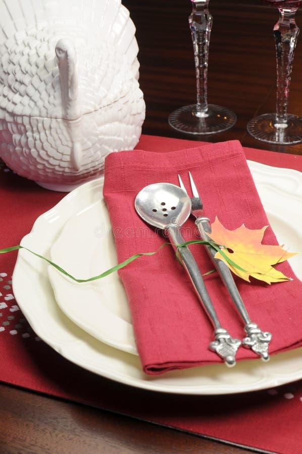 Het rode en witte thema feestelijke fijne eettafel plaatsen royalty-vrije stock afbeeldingen