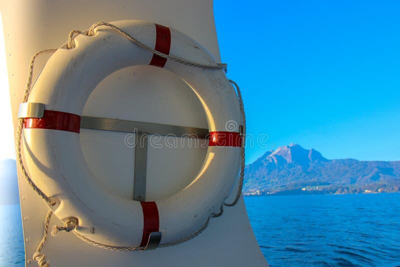 Het rode en witte van de veiligheidstorus of reddingsboei hangen royalty-vrije stock foto