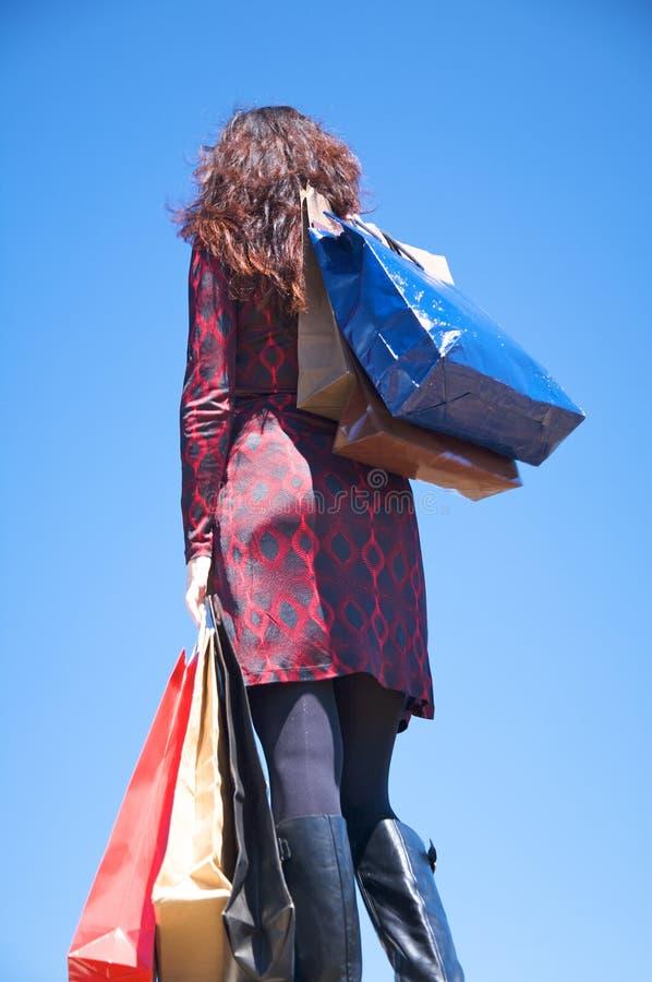 Het rode geklede vrouw winkelen royalty-vrije stock foto
