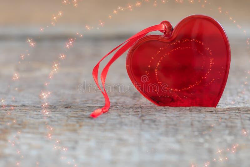 Het rode glashart op houten achtergrond, met geweven schittert, St de prentbriefkaar van de Valentijnskaartendag royalty-vrije stock foto's