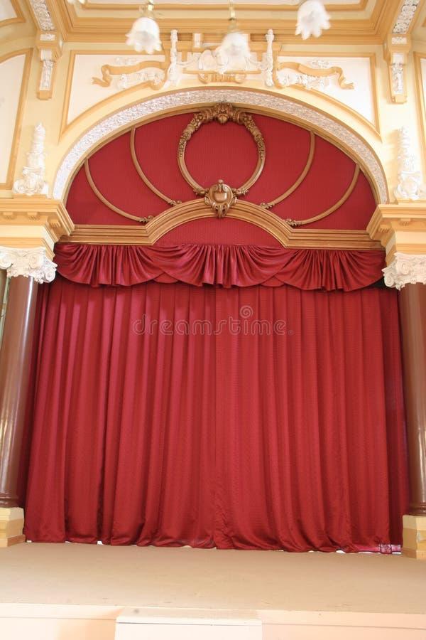 Het rode gordijn van het fluweeltheater royalty-vrije stock foto