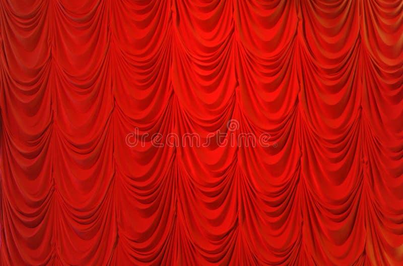 Het rode gordijn van het rouwbandfluweel stock foto's