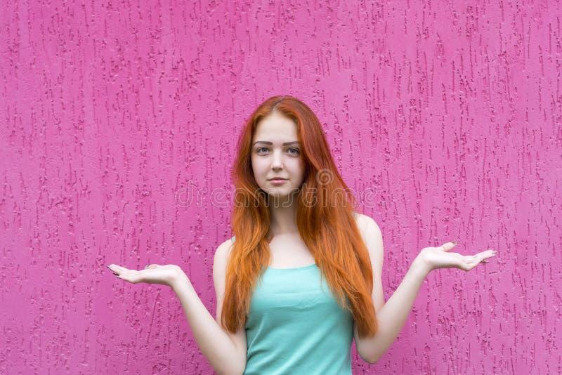 Het rode haarmeisje voorstellen of vergelijkt iets royalty-vrije stock foto's