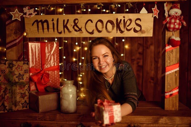 Het rode haarvrouw stellen in studio met Kerstmisdecoratie stock foto