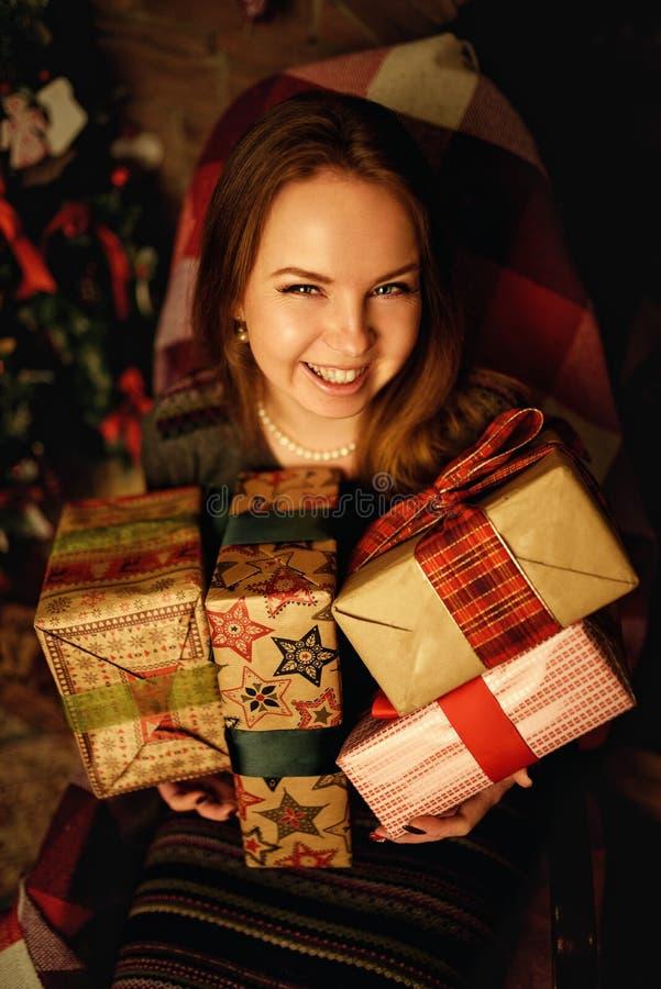 Het rode haarvrouw stellen in studio met Kerstmisdecoratie royalty-vrije stock foto