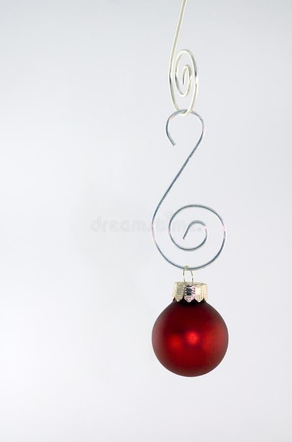 Het rode Hangen van het Ornament tegen Wit stock afbeeldingen