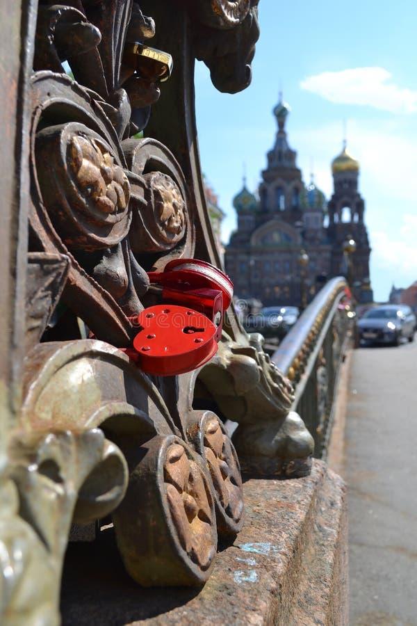 Het rode hangslot van het liefdehart op brug dichtbij de Kerk van de Verlosser op Bloed royalty-vrije stock fotografie