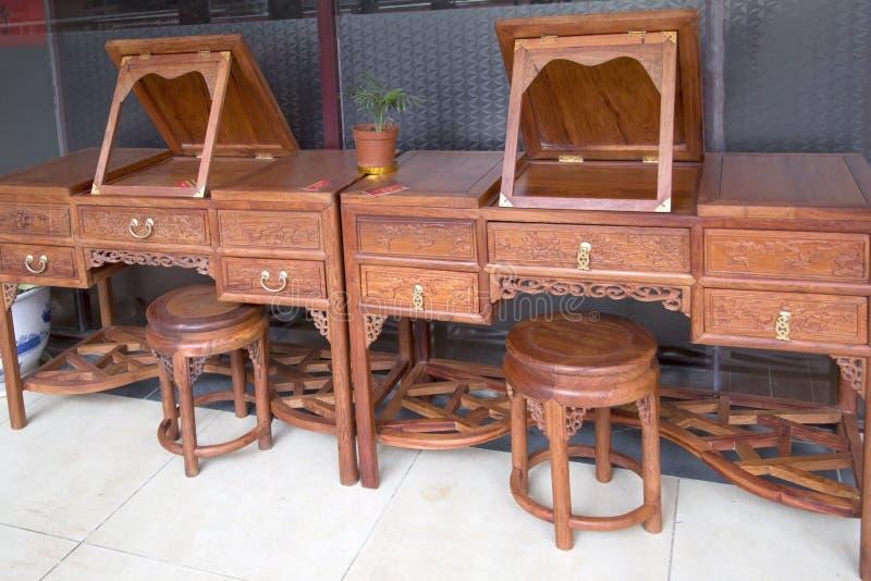 Het rode houten meubilair verkopen stock fotografie