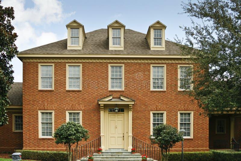 Het rode huis van de baksteen Koloniale stijl royalty-vrije stock fotografie