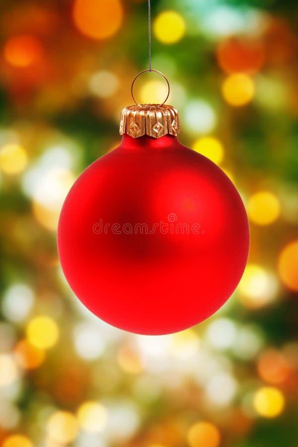 Het rode Kerstmisbal hangen op bokehachtergrond stock foto's