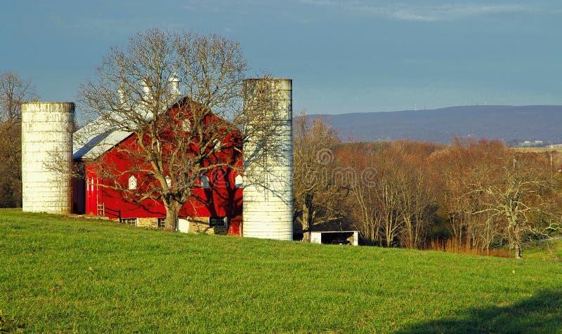 Het rode Landbouwbedrijf van het Land met silo's royalty-vrije stock afbeelding