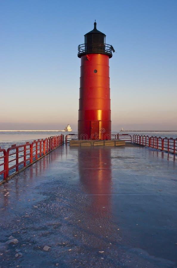 Het rode Licht en de Zeehaven van de Haven van de Vuurtoren stock afbeeldingen