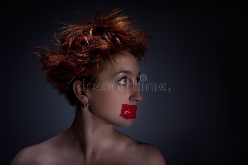 Het rode meisje met open ogen stock afbeelding