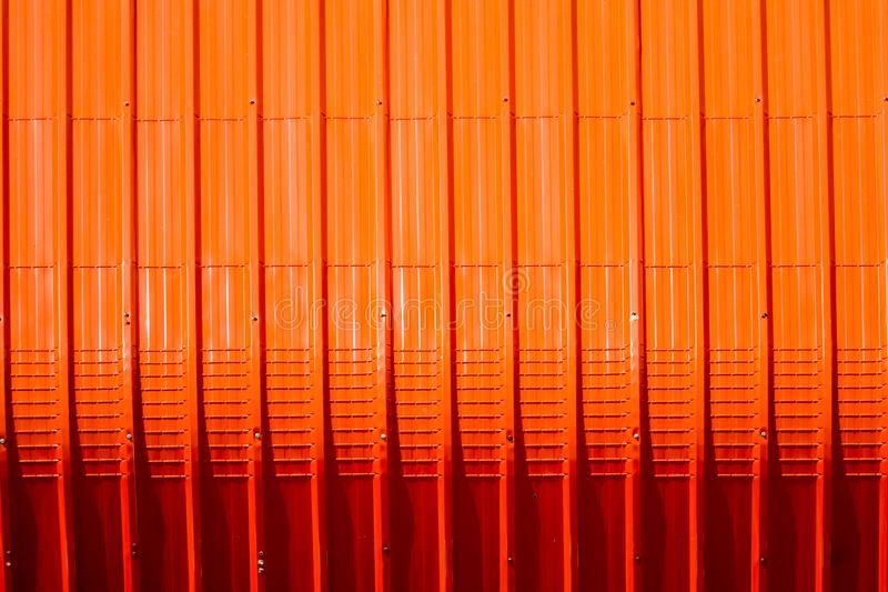 het rode patroon van het metaalblad en verticaal lijnontwerp royalty-vrije stock fotografie