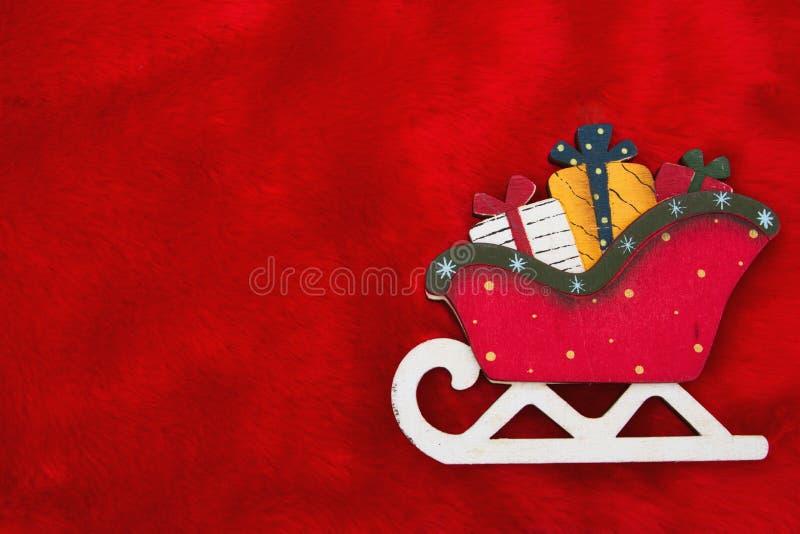 Het rode Pluchebont en Santa Sleigh met stellen Kerstmis Backgro voor stock fotografie