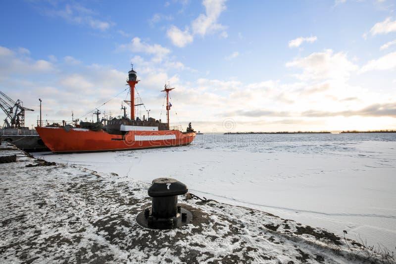 Het rode schip op de pijler royalty-vrije stock foto's